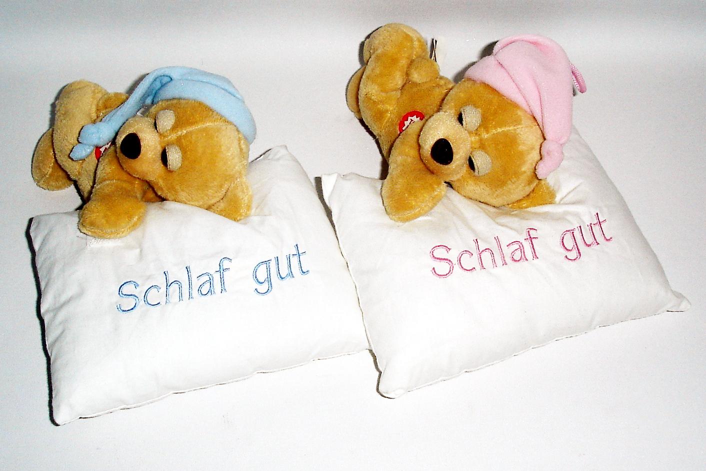Schlaf gut Bär<br>auf  weissem kissen