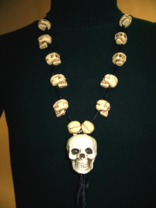 Naszyjnik z czaszkami